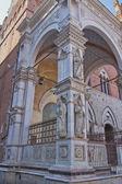 Posągi na loggię torre del mangia. (siena, włochy) — Zdjęcie stockowe
