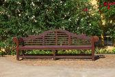 Houten bankje in het park — Stockfoto