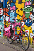 Bicycle and colorful wall. — Stock Photo
