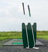 Dva golfové hole stojící — Stock fotografie