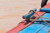 Corda d'ormeggio su una piccola barca da pesca in vietnam — Foto Stock