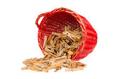 Sehr alte rot korb mit holz wäscheklammer — Stockfoto