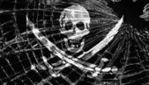 Drapeau de pirate sous glace brisée ou verre — Photo