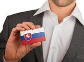 Empresário está segurando um cartão de visita, eslováquia — Fotografia Stock