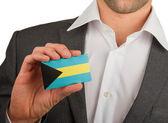 Zakenman houdt een visitekaartje, de Bahama 's — Stockfoto