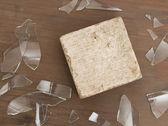 кирпич с битым стеклом, концепция насилия — Стоковое фото