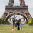 PARIS - JULY 27: Newly wed couple at the Eiffel Tower on July 27 — Stock Photo