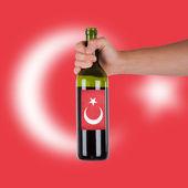 Elinde bir şişe kırmızı şarap ver — Stok fotoğraf