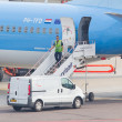 AMSTERDAM - SEPTEMBER 6: KLM plane is being inspected at Schipho — 图库照片