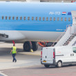 AMSTERDAM - SEPTEMBER 6: KLM plane is being inspected at Schipho — Stock Photo