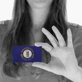 Mulher mostrando um cartão de visita — Foto Stock
