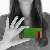Mulher mostrando um cartão de visita — Fotografia Stock