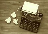 Old typewriter with paper — Stockfoto