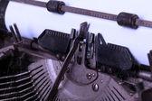 Vieja máquina de escribir con papel — Foto de Stock