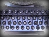 Close-up de uma máquina de escrever vintage suja — Fotografia Stock