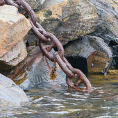 Heavy chain disappearing in the dark water — Stockfoto