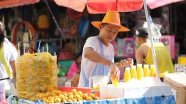 Street Vendors of fruit jiuce in Bangkok Chinatown — Stock Video