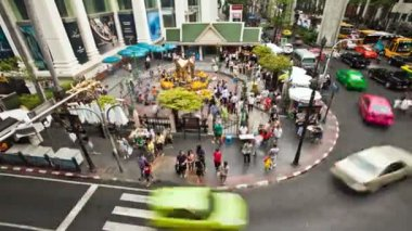 Zooming timelapse - Landmark Erawan temple in Bangkok — Stock Video