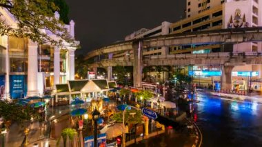Timelapse - Night traffic and landmark Erawan temple in Bangkok — Stock Video