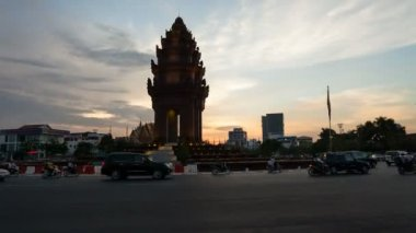 Sunset Timelapse of the Independence Monument in Phnom Penh — Stock Video