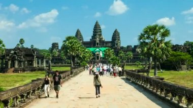 Timelapse of tourists visiting Angkor Wat Temple in Cambodia — Stock Video