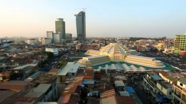 PHNOM PENH, CAMBODIA - JANUARY 16 2013: View on Phnom Penh Central Market, a colonial style building landmark in the cty. — Stok video