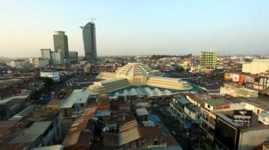 PHNOM PENH, CAMBODIA - JANUARY 16 2013: View on Phnom Penh Central Market, a colonial style building landmark in the cty. — Vídeo Stock