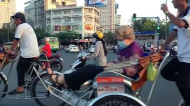 HO CHI MINH CITY - FEBRUARY 1: Panning view of scooter traffic in Ho Chi Minh City, Vietnam, in February 1, 2013 — Stock Video