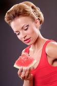 Mulher comendo melancia — Fotografia Stock