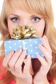 Mujer sostiene una caja de regalo — Foto de Stock