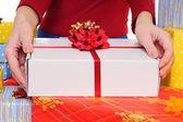 Satıcı bir hediye sunuyor — Stok fotoğraf