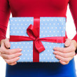 handen met doos van de gift — Stockfoto