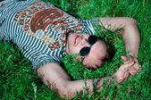 Muž leží na trávě — Stock fotografie