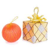 подарочная коробка с елочный шар — Стоковое фото