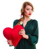バレンタインの心を保持している女性 — ストック写真