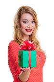 Vrouw houdt een doos van de gift — Stockfoto