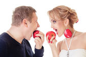 Young couple eating apples — Stock Photo