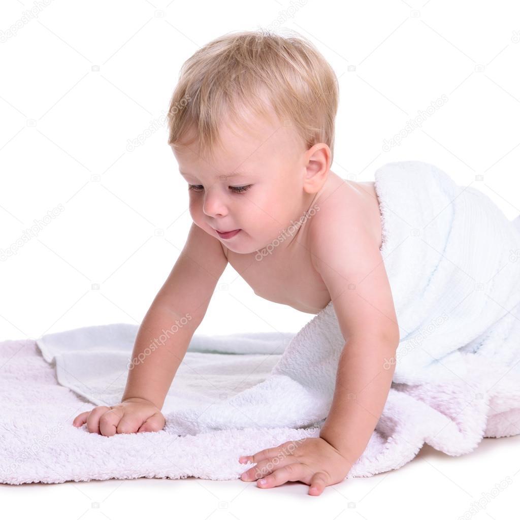 肖像的可爱的白种人婴儿学爬.在白色背景上的孤立.