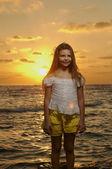 Portrait de la jeune fille au coucher du soleil — Photo