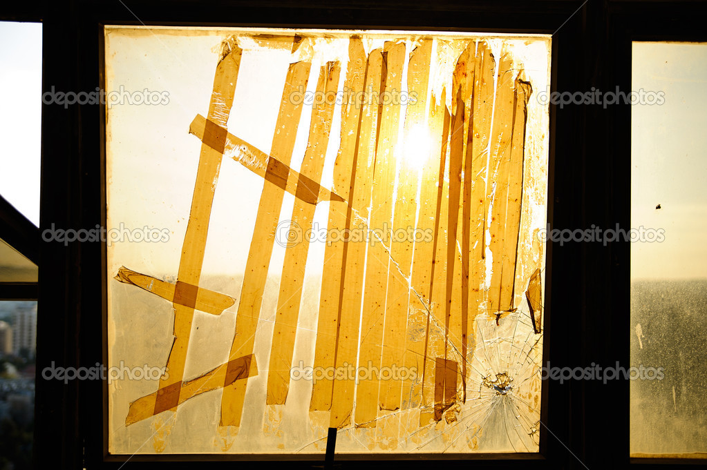 Broken window,  cracked glass on urbanic background — Stock Photo #16350093