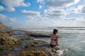 Jeune femme à la mer — Photo
