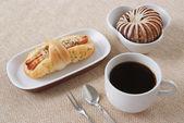 Worst, taro brood en kopje koffie — Stockfoto