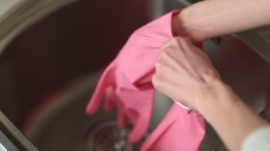 Hands putting rubber gloves on — Stock Video