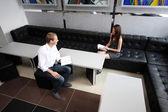 Studenten communiceren terwijl het bestuderen van — Stockfoto