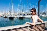 Atractiva joven sonriente en un puerto de mar — Foto de Stock