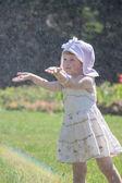 Kleines mädchen in einem sommer-park — Stockfoto