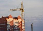 Torre gru e rinforzato edificio in costruzione — Foto Stock