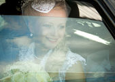 The bride in the car — Stockfoto