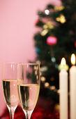 Julgran, stearinljus och två glas champagne — Stockfoto