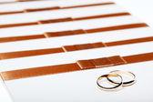 Inviti di nozze avorio con anelli — Foto Stock